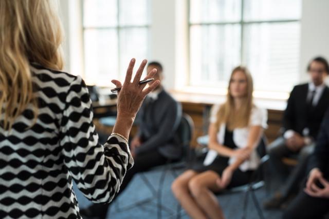 講演する女性