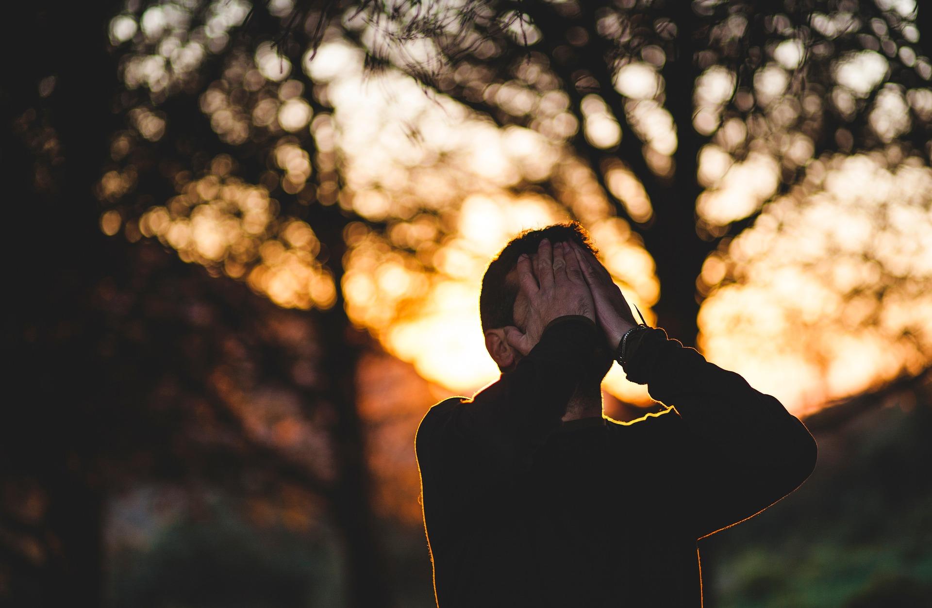 【感動】見えない真実もある ~店前で眠るホームレスを追い払った店主が涙を流し、後悔した理由とは